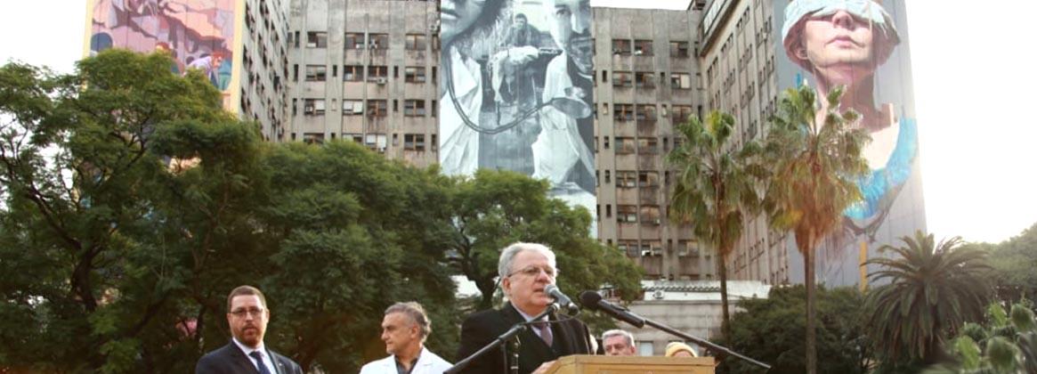 Imagen de la noticia El rector Barbieri y el presidente de la AMIA inauguraron un histórico mural en el Clínicas