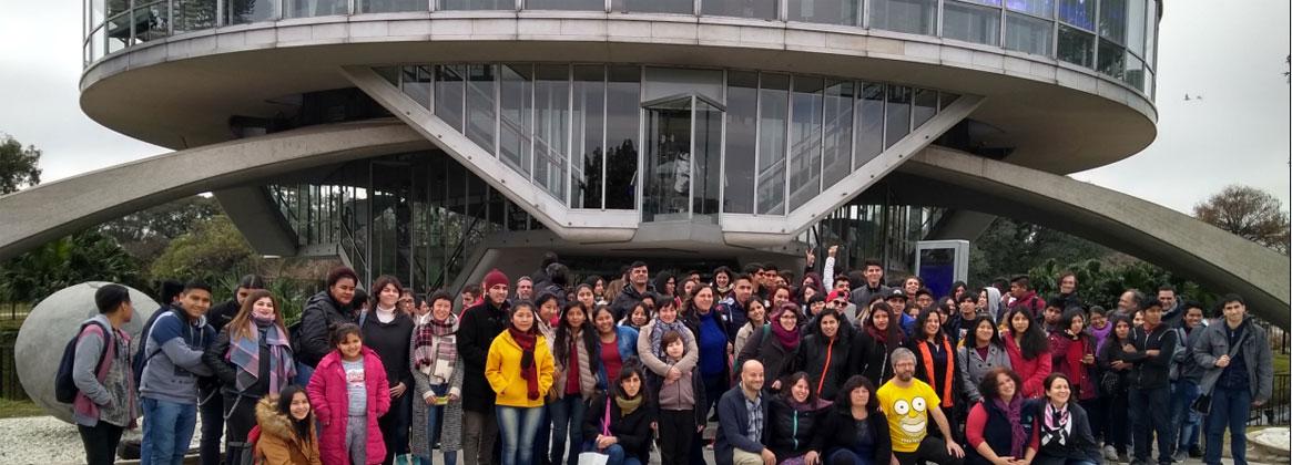Imagen de la noticia >Tutores y Becarios del programa Universitarios por más Universitarios visitaron el Planetario