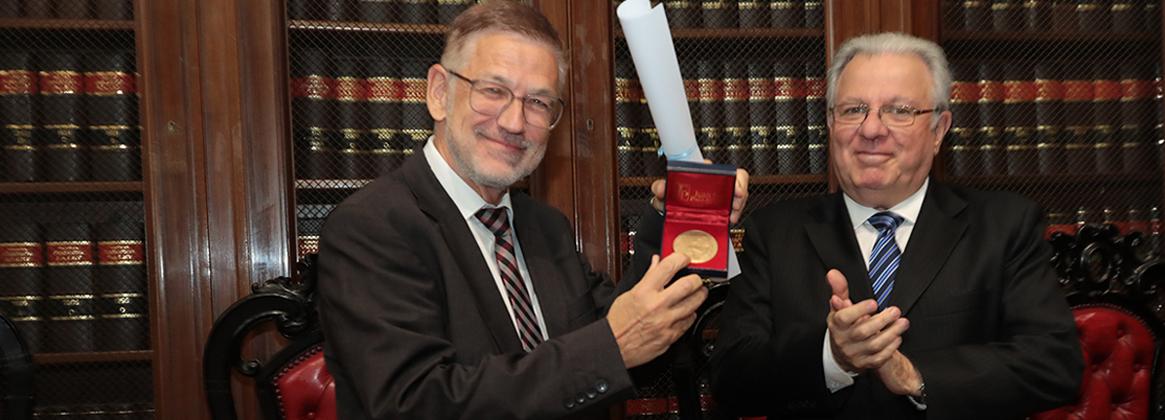 Imagen de la noticia La UBA distinguió con el título de Doctor Honoris Causa a Reto Hitly